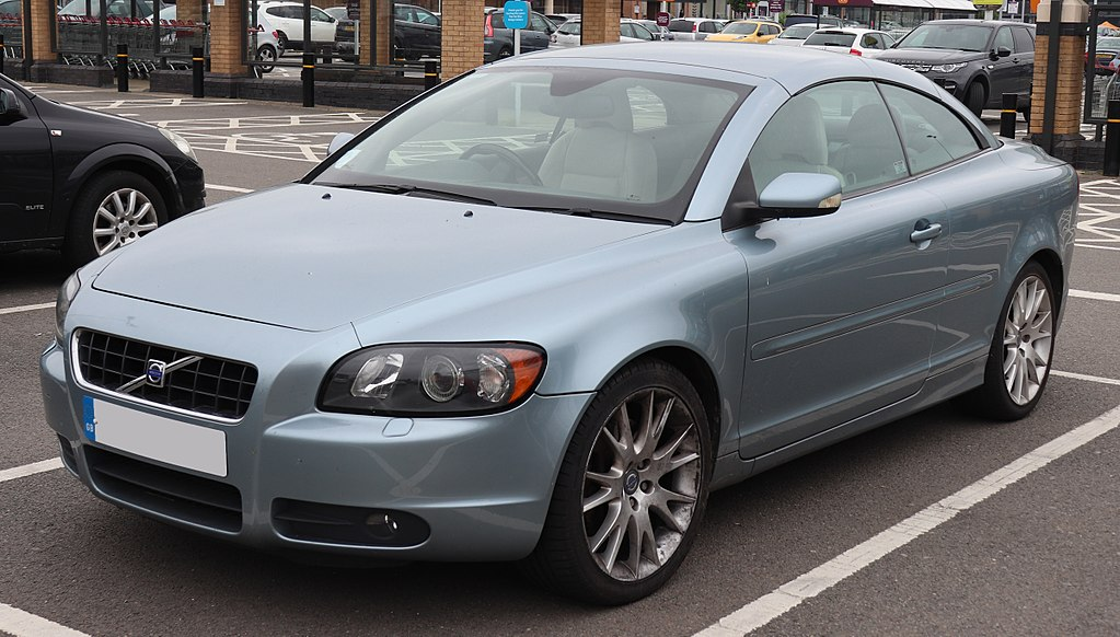 1024px-2006_Volvo_C70_SE_LUX_T5_Automatic_2.5_Front