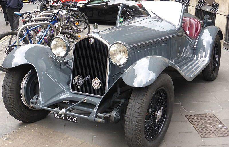 800px-Alfa-Romeo_8C_2300_Corto_Touring_Spider_(1933)_(34371175621)